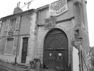 L'immeuble en question est vide depuis des années. Pour donner une idée, il était déjà vide à l'époque d'un précédent squat sur Poitiers il y a plusieures années : «La Chausseterie» qui se trouvait juste à côté...